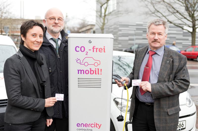Von links nach rechts: Sabine Flores (metropolregion, Projektleitung Kommunen für Elektromobilität), Dr. Manfred Schüle (Geschäftsführer der enercity Contracting GmbH), und Friedhelm Fischer (Bürgermeister Langenhagen)