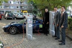 Tesla Roadster beim Aufladen in Aachen