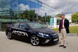 EU Energie Kommissar Günther Oettinger mit Elektroauto Opel Ampera