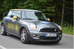Hochspannung: TÜV SÜD ist bei der e-miglia 2011 mit zwei Teams im E-Mini am Start. Unter den Fahrern befinden sich die Vorstandsmitglieder Horst Schneider und Dr. Peter Klein