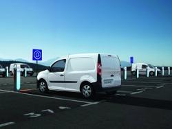 Renault Elektroauto beim Laden an einer Autostrom Ladesäule
