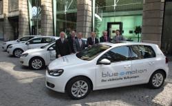 Übergabe der VW Golf blue-e-motion Modelle in Berlin
