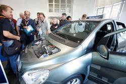 Großes Interesse am Schnittmodell der B-Klasse F-CELL von Daimler während des Brennstoffzellen-Fachforums f-cell 2010. Am 26./27. September 2011 erwarten die f-cell Veranstalter neue Besucherrekorde.