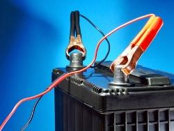 Autobatterie muss bei extremer Kälte überbrückt werden (© Martin Green - fotolia)