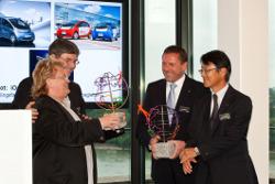 Aktionskünstler H. A. Schult übereicht die Ökoglobe-Trophäe an Mitsubishi Motors R&D Europe Präsident Toru Hashimoto.