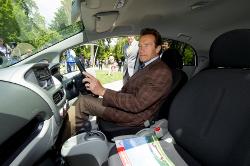 US-Gouverneur Arnold Schwarzenegger testet Mitsubishi i-MiEV für Flotten-Einsatz