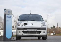 Renault Kangoo tankt Autostrom
